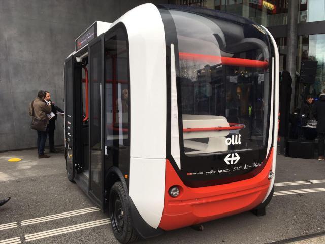 Selbstfahrender Shuttle-Bus vor unserem Büro in Zug
